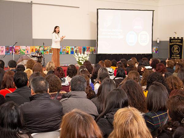 Soledad Garces da charla a apoderados de los colegios SIP